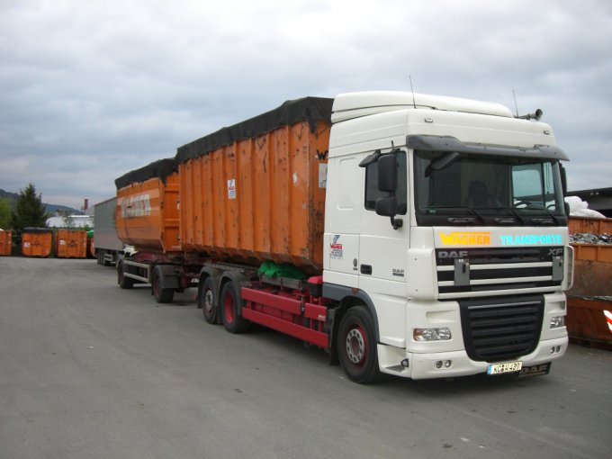 Abrollfahrzeug mit Standardbehältern